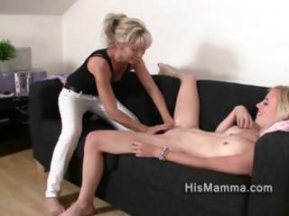 bitch obtains seduced by grownup homosexual woman